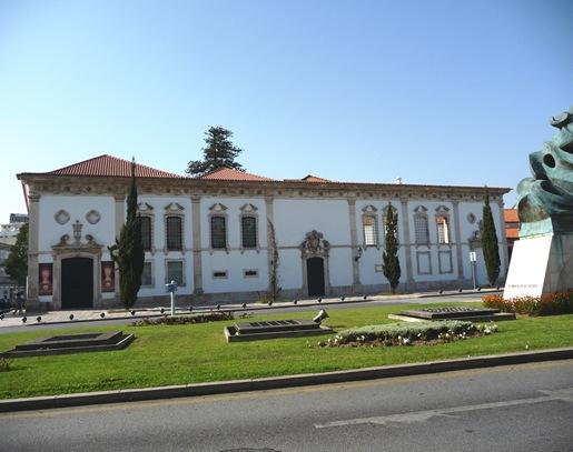 Fachada do Museu de Aveiro, antigo Mosteiro de Jesus, em Aveiro. Foto retirada do blogue Click. In http://lh6.ggpht.com/_6TA0yX7EpmE/THzSPHX1tdI/AAAAAAAABBU/EHgj2VR8j5M/s1600-h/museu%20de%20aveiro%5B11%5D.jpg